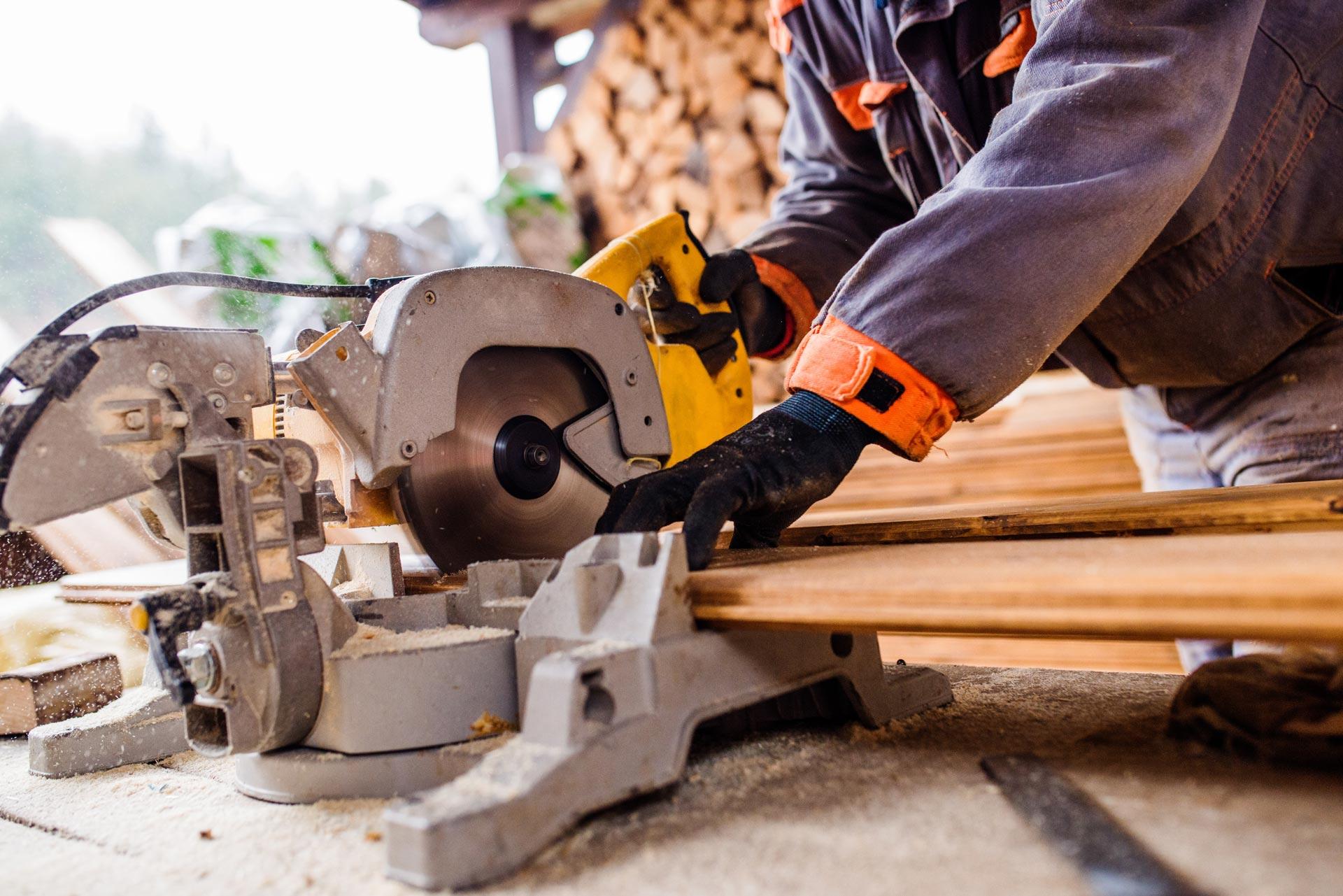 carpintero-cortando-madera-obra